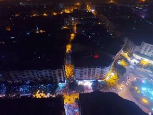 航拍夹江圣诞夜,街上上映惊悚大片