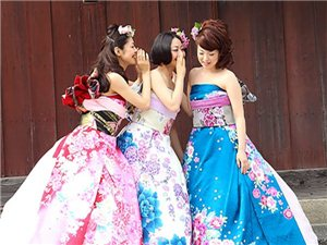 日本新娘将传统和服的样式进行了改造,打造出了一套另类的和服版婚纱