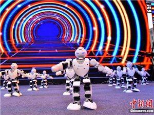 "�C器人阿��法舞�游洳�跳起""小�O果""引���^"