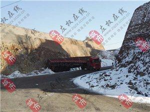 金隅水泥厂背后,清障河桥附近外环路段岔道一辆拖头车发生侧翻!
