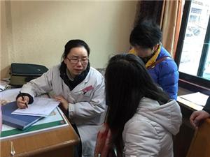 12月28日,中国民航飞行学院30名大学生志愿者来到新丰小学捐赠爱心书籍