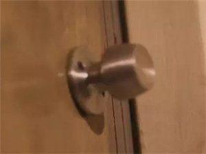 平川一女子出差住酒店,半夜有人敲门……