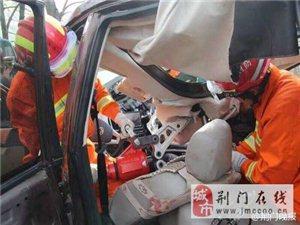 一辆面包车与一辆越野车相撞 6名官兵赶赴现场进行处置