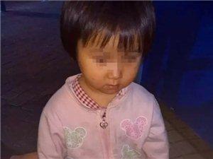 一名小女孩在�Q山中山路走失,幸好民警及�r出�F...