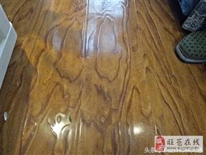 业主叫售后师傅解释解释,他家的木地板怎么就开裂了