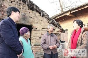 信阳市卫计委主任曹君带队走访慰问息县庞湾村贫困党员和群众