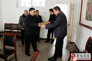 宣传部长徐东明一行慰问秦安县第一中学正高级教师尹明德
