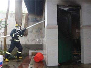 白沙一居民房失火,消防官兵迅速救援