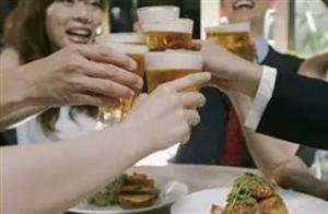 悲剧!小伙聚餐后猝死,家人把一起喝酒的网友告了,索赔135万