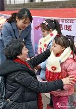 """【我眼中的新年丰都】第3期:""""冬日针爱""""给小朋友上御寒物品"""