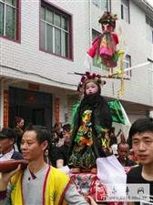 永丰特色:陶唐洲上村的抬阁吸引了全村人围观与拍摄