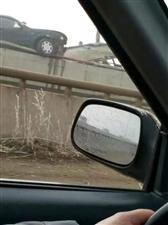 大凌河桥一轿车骑上栏杆