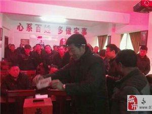 恩江镇肖家社区为被电烧伤的女孩捐钱的感人画面