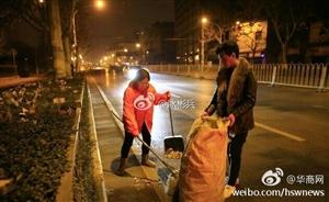 一家人陪环卫工母亲大年初一扫马路