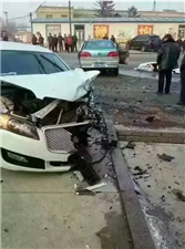 出租与私家车为躲摩托车相撞 车上孕妇当场死亡