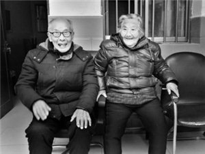 天长一对百岁老夫妻携手走过80载 子女孝敬家风好