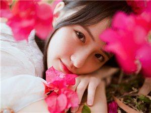 白皙甜美女孩被花簇拥