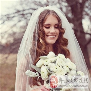 2017年婚纱照新娘发型图片 简单大方的造型,不看会后悔哦。