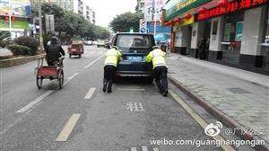 """面包车""""抛锚""""停在道路中央,执勤警员手推车辆至路边,快速恢复通行"""