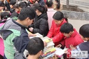 一群蚂蚁玩漂移,拉着图书进山区。