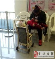 年轻宝妈只顾玩手机,宝宝光着一只脚
