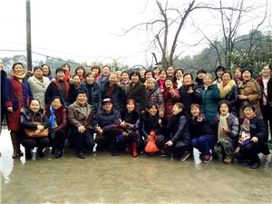 大足滨河健身队来到北山欢度3.8节日