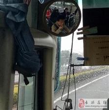 大巴司机边吃瓜子边开车,实在是太危险!
