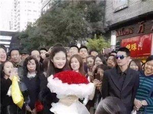 6旬大爷当街求爱22岁漂亮姑娘引路人围观,黑衣人护卫
