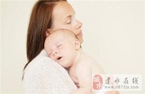 宝宝竖着抱有技巧 竖抱不可过早!