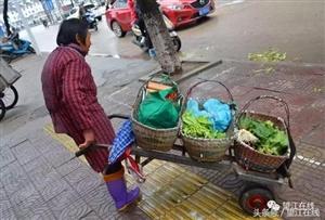 雨天穿靴人凌晨四点起床街头卖菜蹲坐一上午赚十元