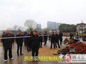 桐城城管局对南门客运枢纽站内11户违建钢构实施强制拆除