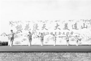 """3月20日上午,""""桃花漫天大美连山""""美食文化节在连山镇耕读公园拉开帷幕"""