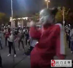 养眼!5岁女童领跳广场舞秒杀美女