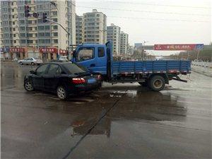 刚刚发生!阜城新县医院十字路口货车与轿车相撞,有人受伤