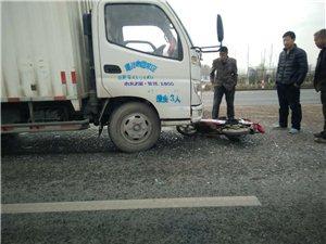 这个骑电动车的被撞伤得不轻!事发阜城冯塔头附近