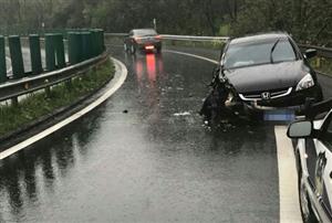 荆门一司机逆行上高速引发车祸 扔下朋友自己跑了