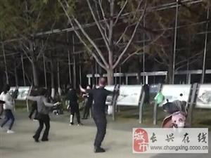 人民广场一大叔跳广场舞,婀娜多姿比大妈还会跳