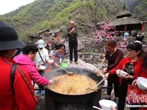 """3000名民众吃自助""""大锅饭""""感受部落生活"""