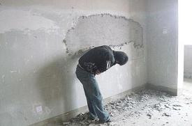 如何预防墙面老化?水泥墙老化掉沙的处理办法-旧墙翻新技巧