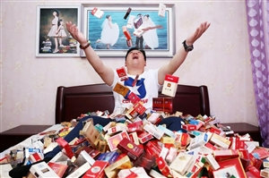 男子27年收集万余枚烟标这些香烟你见过吗
