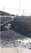 荆门华能附近一河南的半挂车翻了,直接把小车驾驶室压扁