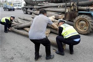 农民开拖拉机剐蹭宝马交警一番动作宝马司机放弃索赔