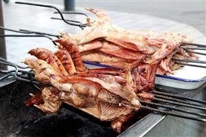 才发现,南街上有个摆了N多年的烤兔子摊摊~孤陋寡闻啊,太不好意思啦