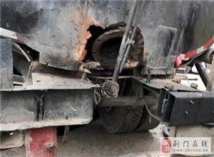 """沥青罐车""""爆炸"""" 1人被炸伤――月亮湖消防扑灭沥青罐内火灾"""