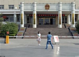 雄安政府大楼成游人拍照地特警维护秩序