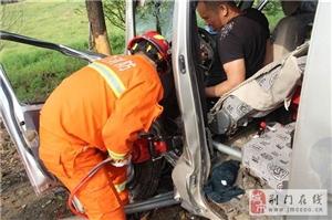 331省道钟祥段磷矿镇一面包车发生车祸一人被困 荆门消防火速救援
