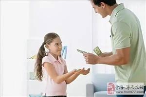 当孩子伸手向你要钱时,千万不能这样做,一辈子的阴影!