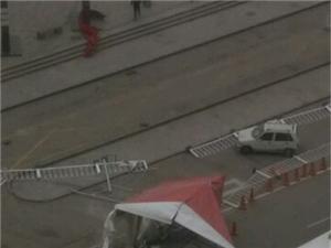 这大风!!澳门地下官网鑫乐汇附近,房子都刮马路中间去了..