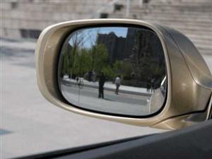 内外后视镜哪个才是真实车距? 如何缩小盲区?