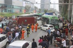 武汉发生6车追尾事故致7人被困